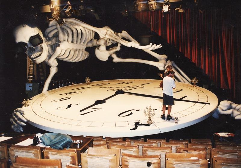 Skelett-auf-Buehne-5